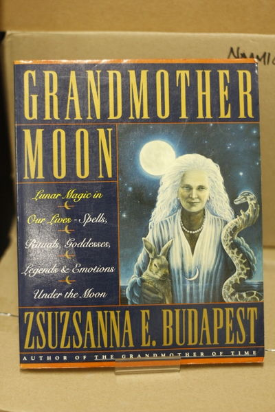 Grandmother Moon: Lunar Magic in Our Lives - Spells, Rituals, Goddesses, Legends and Emotions Under the Moon - Zsuzsanna Budapest (käytetty)
