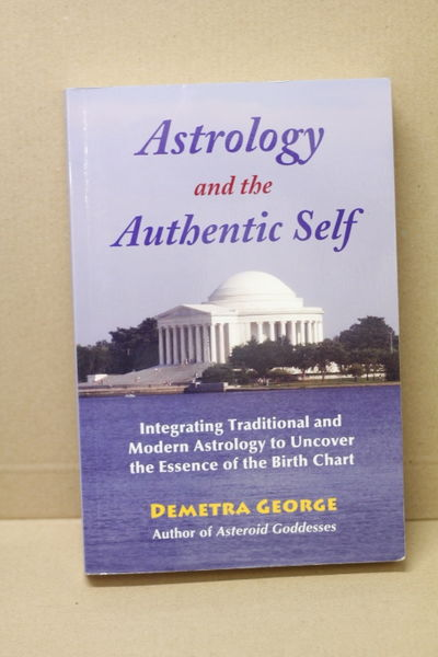 Astrology and the Authentic Self: Integrating Traditional and Modern Astrology to Uncover the Essence of the Birth Chart - Demetra George  (käytetty)