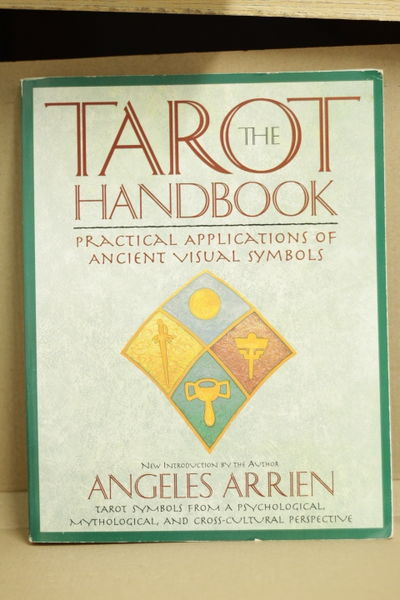 The Tarot Handbook: Practical Applications of Ancient Visual Symbols - Angeles Arrien (käytetty)
