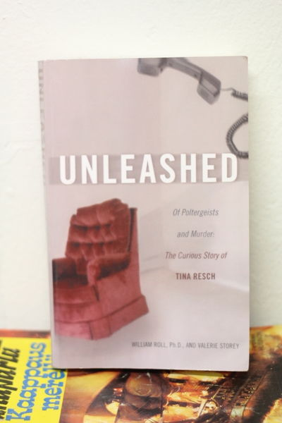 Unleashed: Of Poltergeists and Murder: The Curious Story of Tina Resch - William Roll & Valerie Storey  (käytetty)